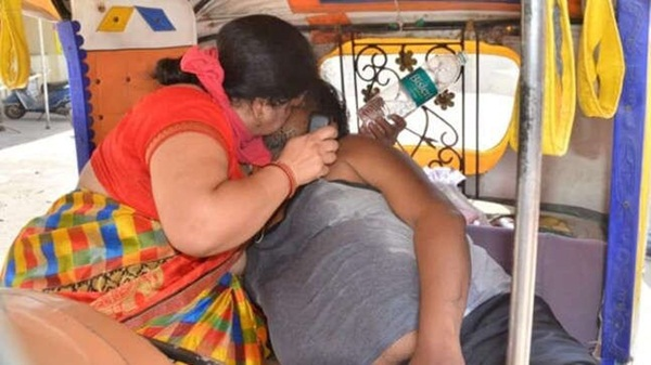 Bức ảnh vợ bất lực hồi sức cho chồng mắc Covid-19 gục chết trên xe gây chấn động Ấn Độ và loạt câu chuyện thương tâm đến xé lòng-2