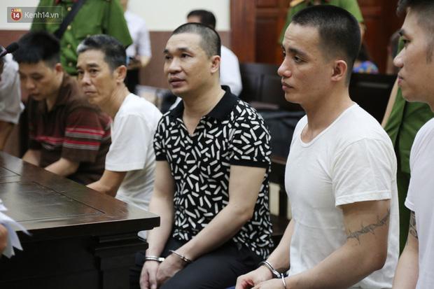 Ông trùm ma túy Văn Kính Dương và người tình Ngọc Miu tay nắm chặt tay, hôn nhau thắm thiết trước giờ tuyên án-10