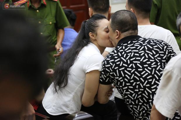 Ông trùm ma túy Văn Kính Dương và người tình Ngọc Miu tay nắm chặt tay, hôn nhau thắm thiết trước giờ tuyên án-2