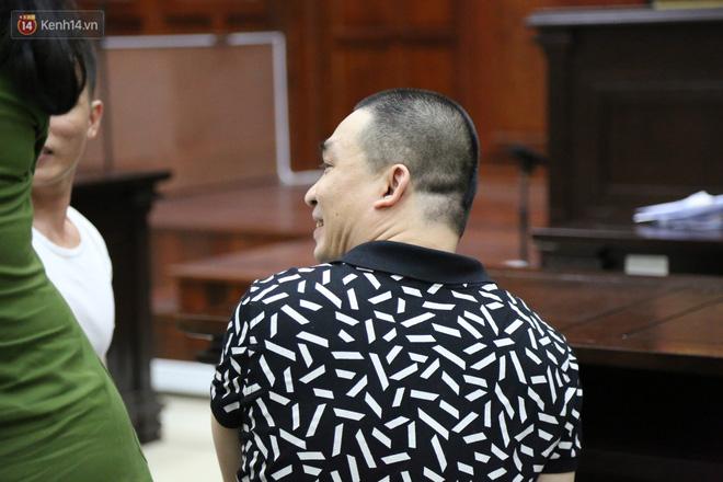 Ông trùm ma túy Văn Kính Dương và người tình Ngọc Miu tay nắm chặt tay, hôn nhau thắm thiết trước giờ tuyên án-4