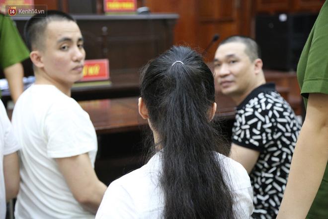 Ông trùm ma túy Văn Kính Dương và người tình Ngọc Miu tay nắm chặt tay, hôn nhau thắm thiết trước giờ tuyên án-5