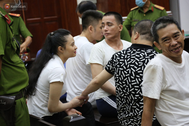 Ông trùm ma túy Văn Kính Dương và người tình Ngọc Miu tay nắm chặt tay, hôn nhau thắm thiết trước giờ tuyên án-6