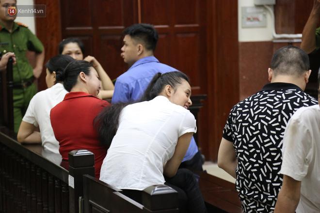 Ông trùm ma túy Văn Kính Dương và người tình Ngọc Miu tay nắm chặt tay, hôn nhau thắm thiết trước giờ tuyên án-8