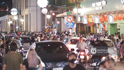 Toàn cảnh trung tâm Hà Nội tối nghỉ lễ đầu tiên: Dân tình ra đường đông nghịt, việc đeo khẩu trang được thực hiện nghiêm ngặt hơn bao giờ hết