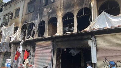 TP.HCM: Cháy lớn chung cư 3 tầng ngày nghỉ lễ, nhiều người la hét kêu cứu, nạn nân nhảy từ tầng cao xuống đất