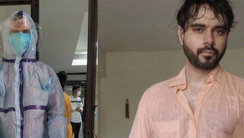 Bác sĩ Ấn Độ trong tâm bão Covid-19 đăng bức hình gây chấn động mạng xã hội