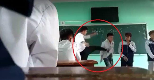 Clip gây bức xúc: Thầy giáo đá thẳng vào ngực, tát học sinh tới tấp và nói tục liên hồi vì các em mặc quần bò, nhuộm tóc-1