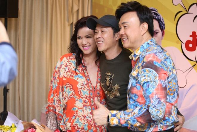 Bị bà Nguyễn Phương Hằng chỉ trích gay gắt vẫn im lặng, Hoài Linh là người sống ra sao?-2