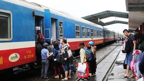 Dịch Covid-19 phức tạp, khách đi máy bay giảm, đường sắt dừng chạy tàu
