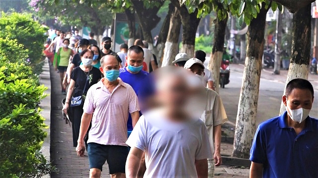 Công viên, bờ hồ Hà Nội đông nghịt người giữa lúc dịch Covid-19 đang nóng