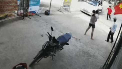 Đứa trẻ trèo lên ô tô nghịch khiến xe trôi ra đường, bố lao tới cứu nguy: Phản ứng tiếp theo của ông ta gây bức xúc