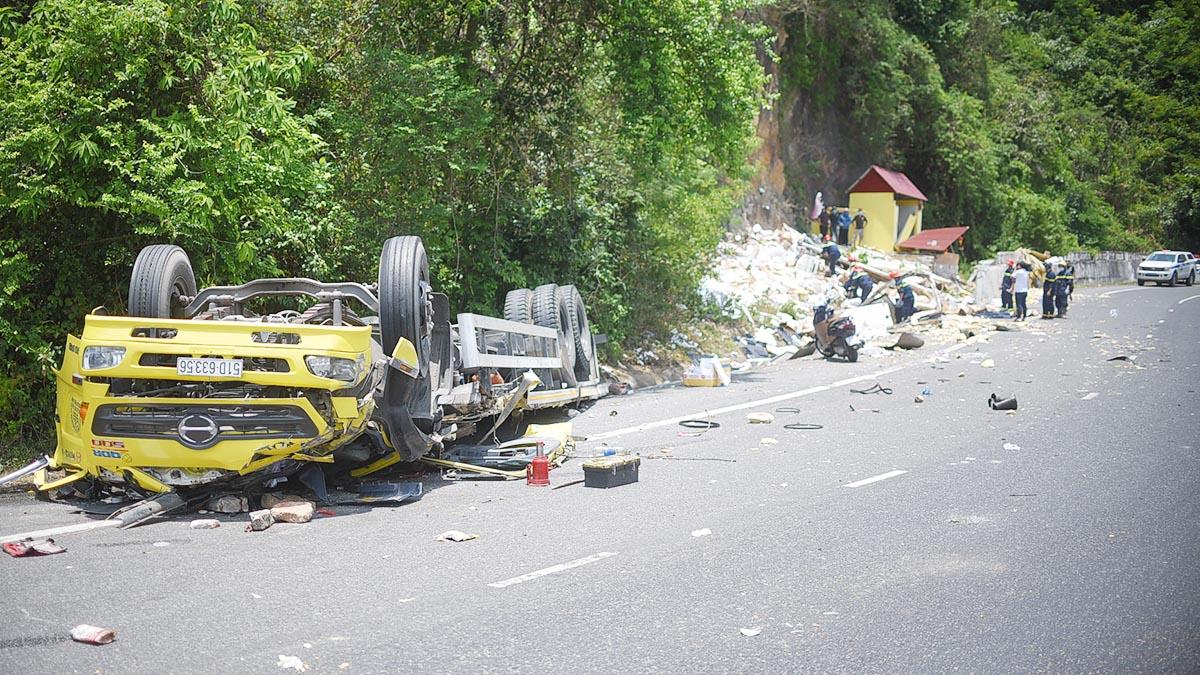 Hiện trường tan hoang vụ xe tải đổ đèo Cù Mông lao vào vách núi, 2 người tử vong
