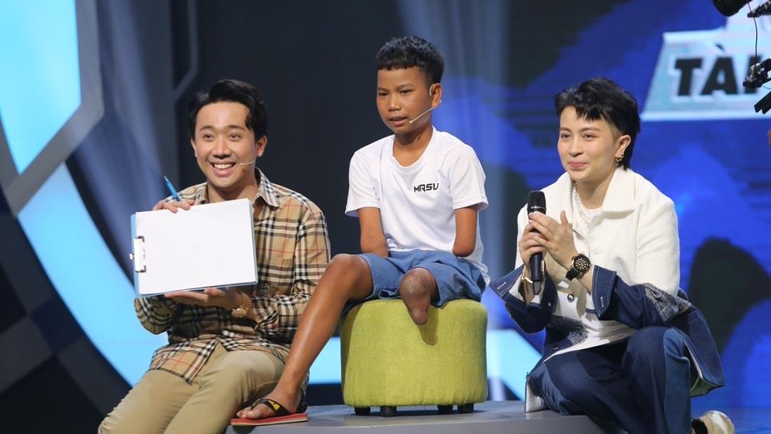 """Trấn Thành, Hari Won nể phục """"cậu bé 1 chân"""" có tài sút bóng"""
