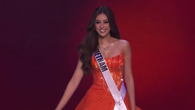 Khánh Vân khoe kỹ năng xoay váy ở bán kết Miss Universe 2020