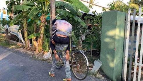 Người chồng say xỉn được vợ đến tận nơi dắt về khiến nhiều người cảm động, nhưng bất ngờ nhất vẫn là ảnh cuối!