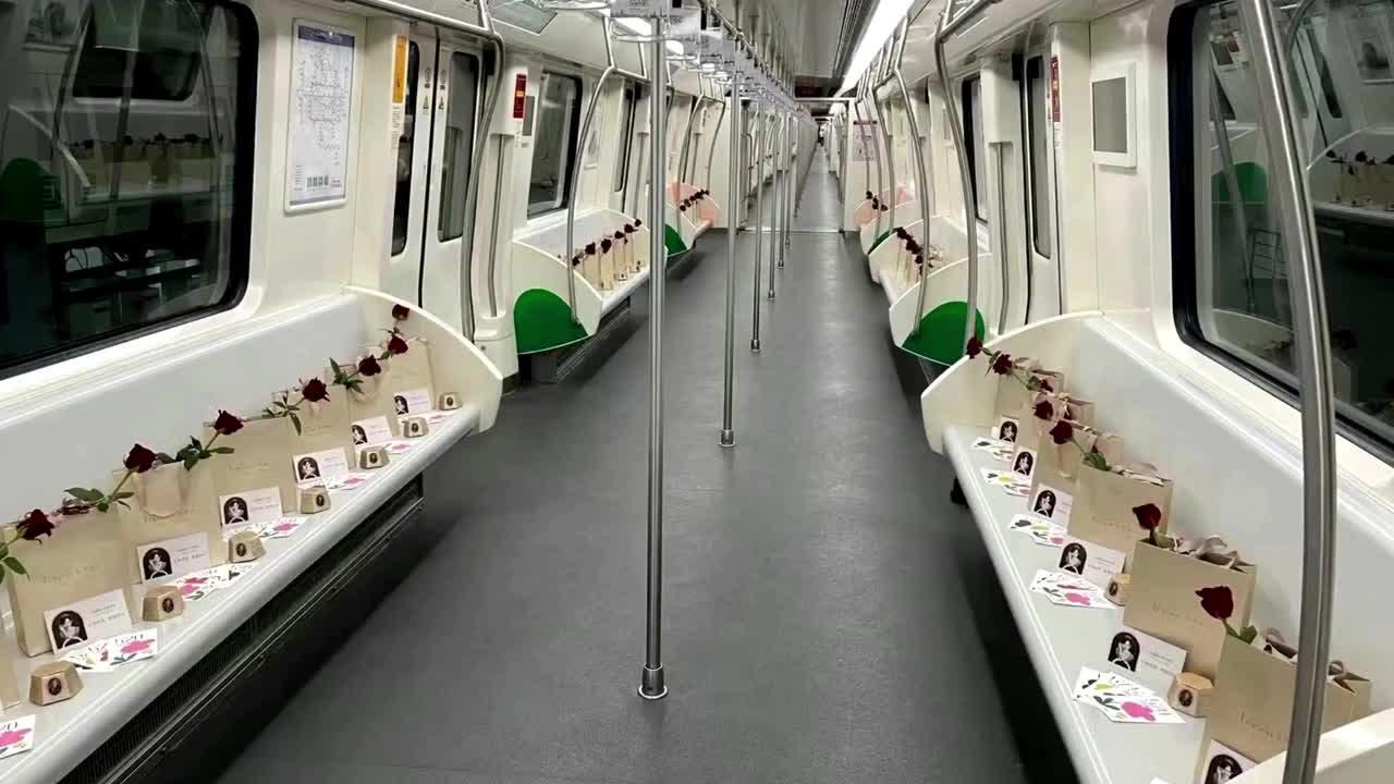 Trung Quốc: Hoa hồng, Socola trần ngập trên chuyến tàu đầu tiên trong ngày