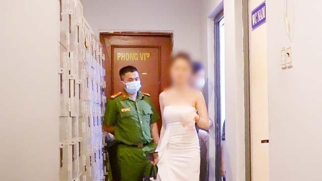 TP.HCM: Tiếp viên nữ trốn vào nhà vệ sinh tránh xét nghiệm Covid-19