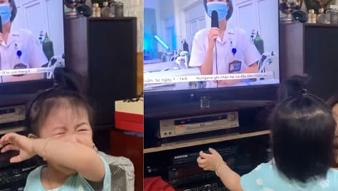 Xót xa bé gái 1 tuổi khóc đòi bế khi thấy mẹ trên TV: Mẹ em đi hỗ trợ  chống dịch Covid-19 ở Bắc Giang chưa về