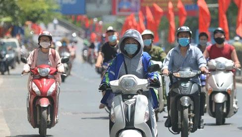 Nắng nóng đỉnh điểm từ đầu hè lên đến 40 độ C tại Hà Nội: Nhựa đường tan chảy, người dân dùng nước tưới đường giữa trưa
