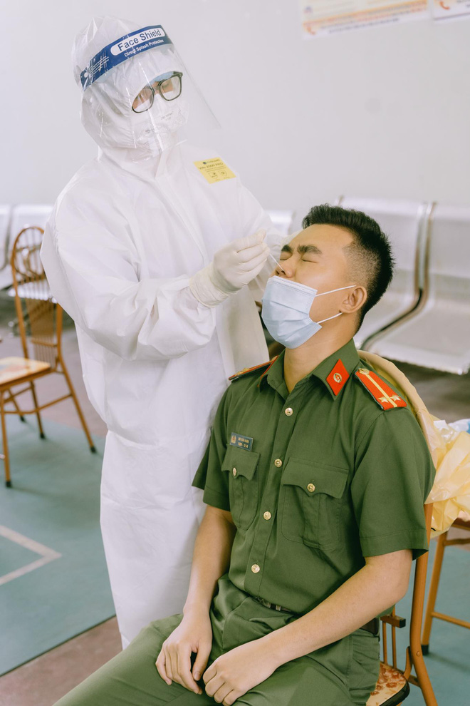 Nam sinh 20 tuổi ngất xỉu khi lấy mẫu xét nghiệm trong thời tiết 40 độ ở Bắc Giang: Mình ngồi xuống định nghỉ một lúc thì sau đó không biết gì nữa...-4