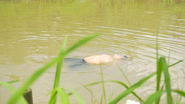 Chàng trai 214 kg tự nổi trên nước, dân tưởng xác chết hú vía kêu cứu