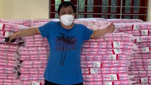 Người đàn ông tiếp tế 10.000 gói băng vệ sinh cho chị em trong khu cách ly ở Bắc Giang