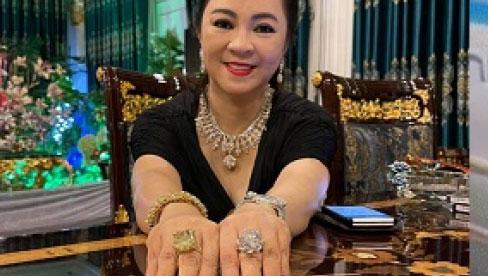 Phản ứng bất ngờ của bà Phương Hằng khi bệnh nhi dùng que cậy kim cương trên tay
