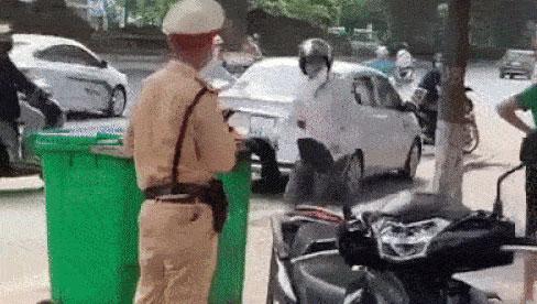 Đi xe máy vượt đèn đỏ, người đàn ông còn hung hãn cầm gạch tấn công CSGT