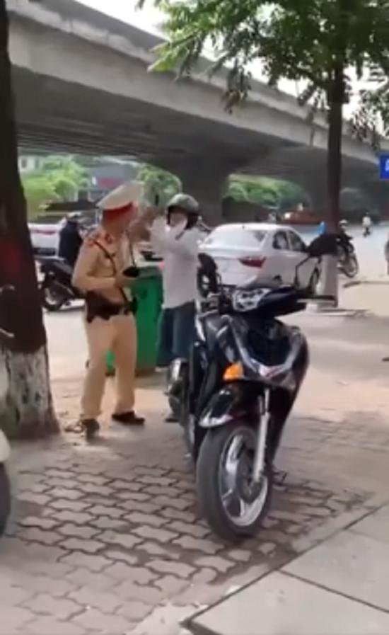 Đi xe máy vượt đèn đỏ, người đàn ông còn hung hãn cầm gạch tấn công CSGT-2