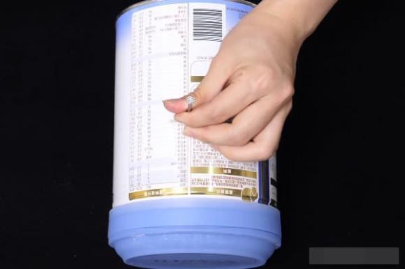 Đừng vứt bỏ những vỏ hộp sữa bột, hãy đục một vài lỗ trên nắp và đặt chúng cạnh giường bạn sẽ thấy tác dụng thần kì-1