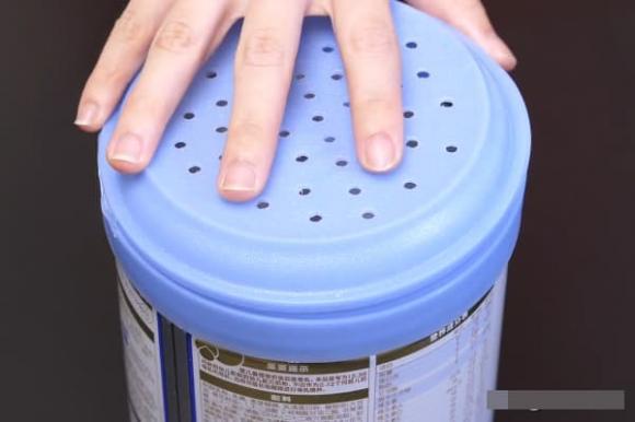 Đừng vứt bỏ những vỏ hộp sữa bột, hãy đục một vài lỗ trên nắp và đặt chúng cạnh giường bạn sẽ thấy tác dụng thần kì-3