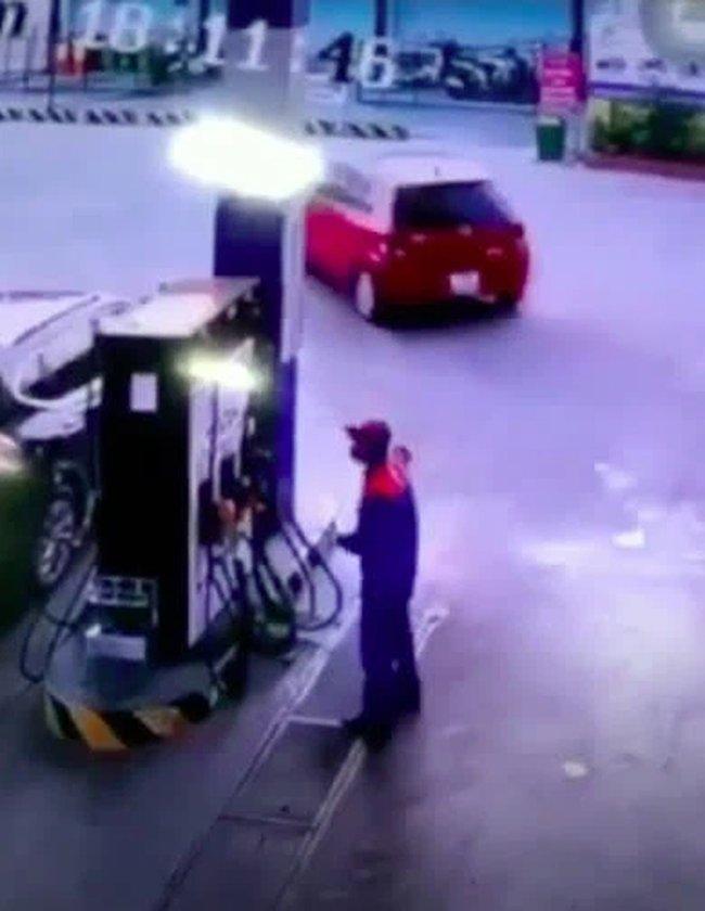 Đổ xăng đầy bình, tài xế không trả tiền đã vội phóng xe chạy mất, để lại nhân viên cây xăng đứng thẫn thờ-2