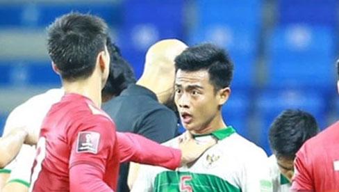Duy Mạnh bóp cổ cầu thủ Indonesia sau pha phạm lỗi nguy hiểm với Tuấn Anh