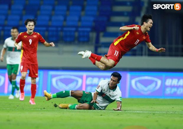 Duy Mạnh bóp cổ cầu thủ Indonesia sau pha phạm lỗi nguy hiểm với Tuấn Anh-1