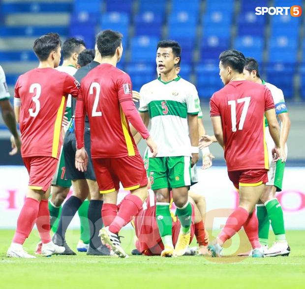 Duy Mạnh bóp cổ cầu thủ Indonesia sau pha phạm lỗi nguy hiểm với Tuấn Anh-2