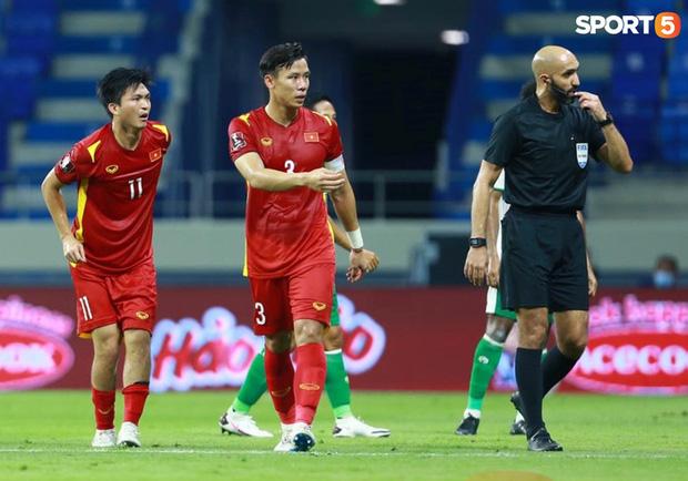 Duy Mạnh bóp cổ cầu thủ Indonesia sau pha phạm lỗi nguy hiểm với Tuấn Anh-11
