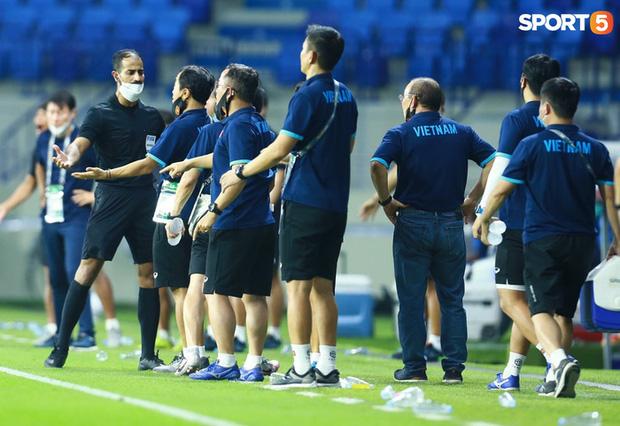 Duy Mạnh bóp cổ cầu thủ Indonesia sau pha phạm lỗi nguy hiểm với Tuấn Anh-14