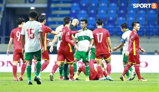 Duy Mạnh bóp cổ cầu thủ Indonesia sau pha phạm lỗi nguy hiểm với Tuấn Anh-3