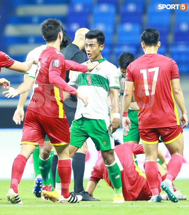 Duy Mạnh bóp cổ cầu thủ Indonesia sau pha phạm lỗi nguy hiểm với Tuấn Anh-4