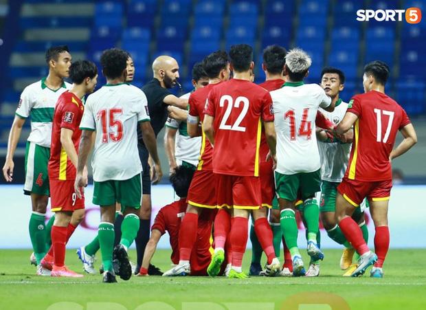 Duy Mạnh bóp cổ cầu thủ Indonesia sau pha phạm lỗi nguy hiểm với Tuấn Anh-5
