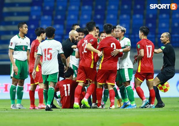 Duy Mạnh bóp cổ cầu thủ Indonesia sau pha phạm lỗi nguy hiểm với Tuấn Anh-6
