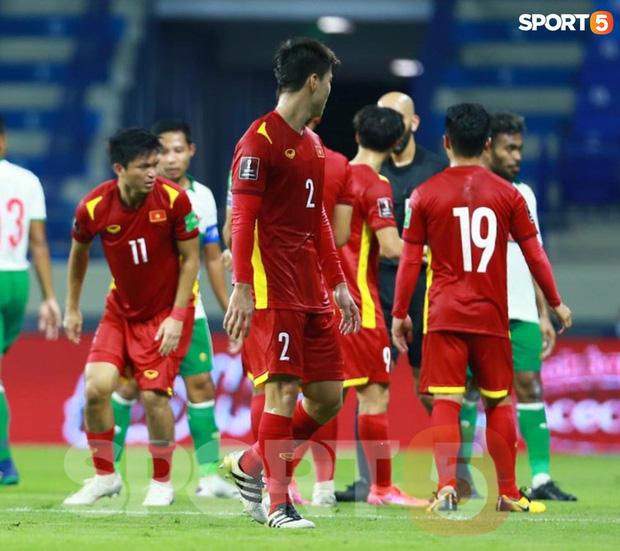 Duy Mạnh bóp cổ cầu thủ Indonesia sau pha phạm lỗi nguy hiểm với Tuấn Anh-8