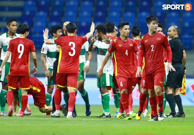 Duy Mạnh bóp cổ cầu thủ Indonesia sau pha phạm lỗi nguy hiểm với Tuấn Anh-9