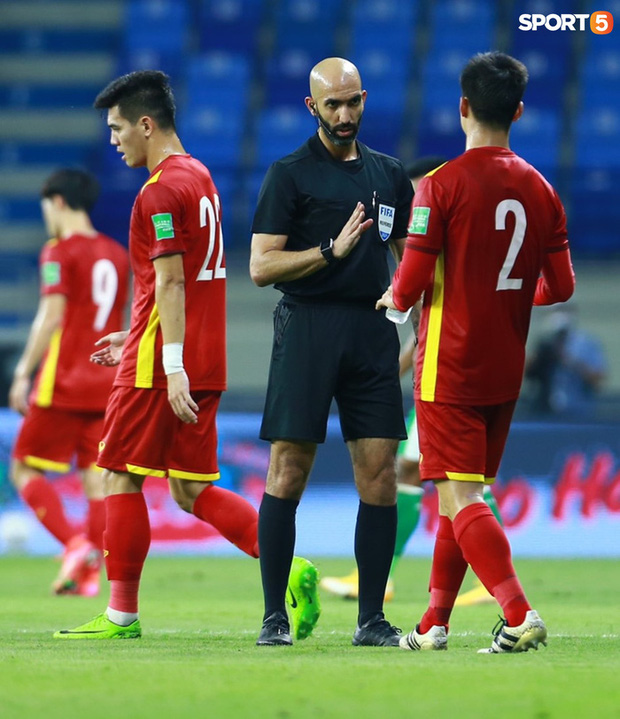 Duy Mạnh bóp cổ cầu thủ Indonesia sau pha phạm lỗi nguy hiểm với Tuấn Anh-10