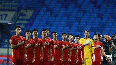 Xúc động hình ảnh tuyển Việt Nam đặt tay lên ngực trái, thực hiện lễ chào cờ sau gần 2 năm không thi đấu quốc tế