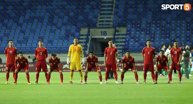 Xúc động hình ảnh tuyển Việt Nam đặt tay lên ngực trái, thực hiện lễ chào cờ sau gần 2 năm không thi đấu quốc tế-5