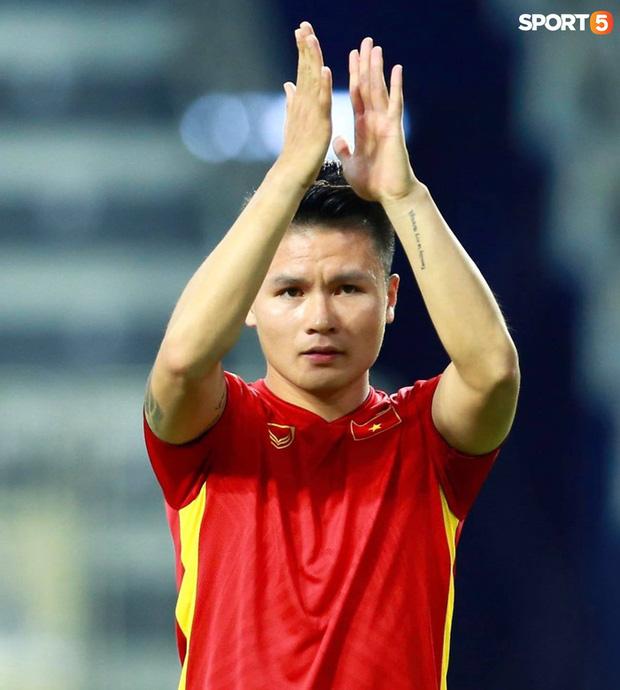 Xúc động hình ảnh tuyển Việt Nam đặt tay lên ngực trái, thực hiện lễ chào cờ sau gần 2 năm không thi đấu quốc tế-6