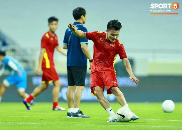 Xúc động hình ảnh tuyển Việt Nam đặt tay lên ngực trái, thực hiện lễ chào cờ sau gần 2 năm không thi đấu quốc tế-7