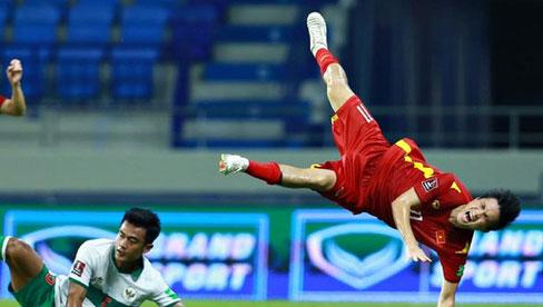 Pha vào bóng bằng gầm giầy thô bạo của cầu thủ Indonesia với Tuấn Anh