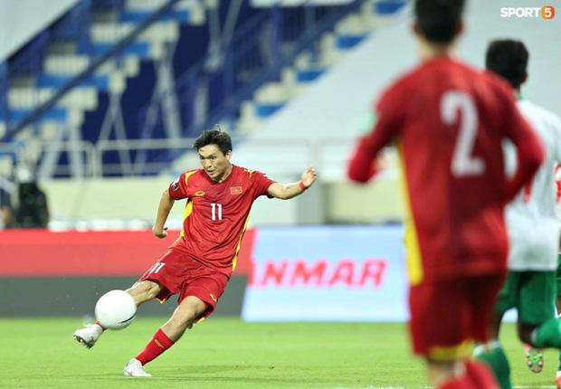 Pha vào bóng bằng gầm giầy thô bạo của cầu thủ Indonesia với Tuấn Anh-1